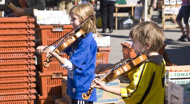 Kid buskers-Kelowna-farmers-market